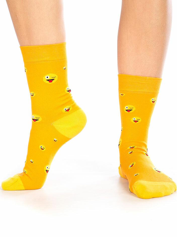 Nyújtott nyelv emoji zokni